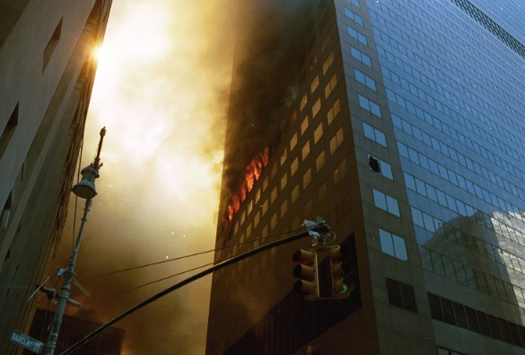 Incendies sur la face est de la tour 7 du World Trade Center