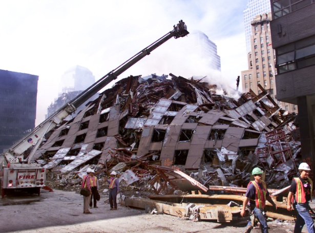 Pile de débris de la tour 7 du World Trade Center après son effondrement